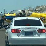 Avioneta aterriza en carretera de La Paz