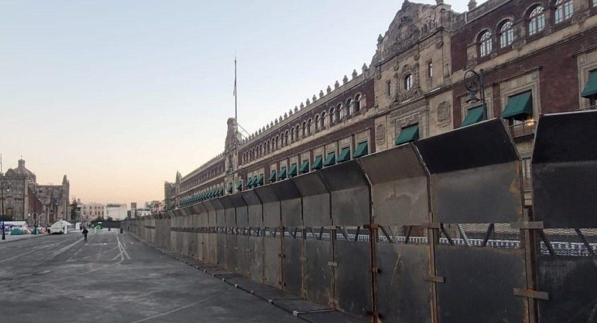 Vallas metálicas protegen el palacio nacional, de cara a las marchas del 8M