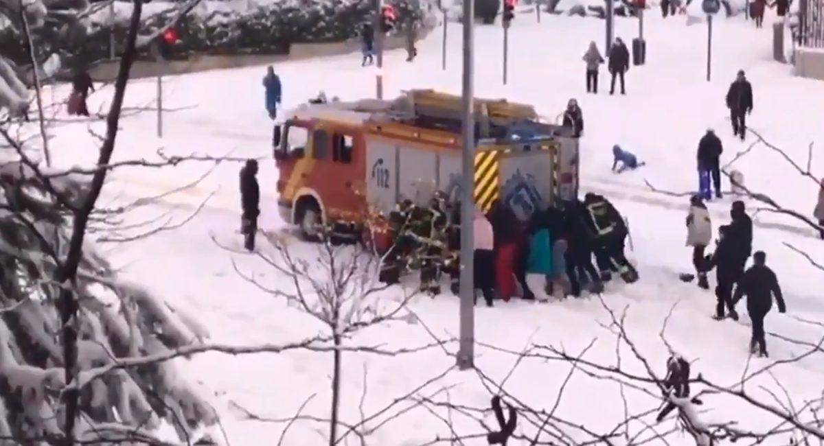 bomberos atascados en la nieve