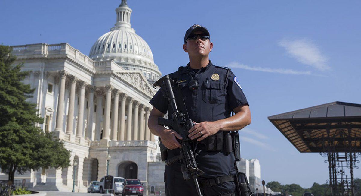 MR01. WASHINGTON (ESTADOS UNIDOS), 08/07/2016.- Un policía vigila junto al Capitolio de Washington, Estados Unidos, el 8 de julio del 2016. La sede del Congreso se cerró hoy con urgencia debido a una alerta por motivos de seguridad, informó una portavoz de la Cámara de Representantes. EFE/Michael Reynolds