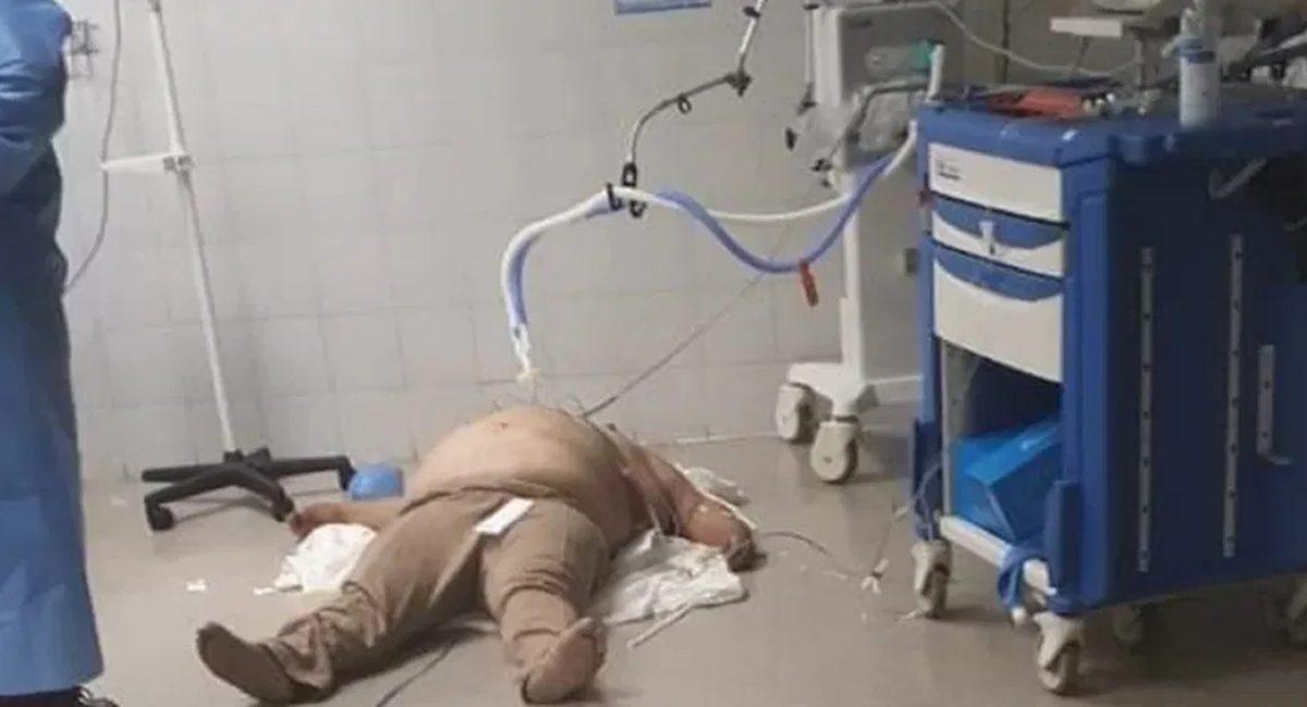 hombre intubado en el suelo